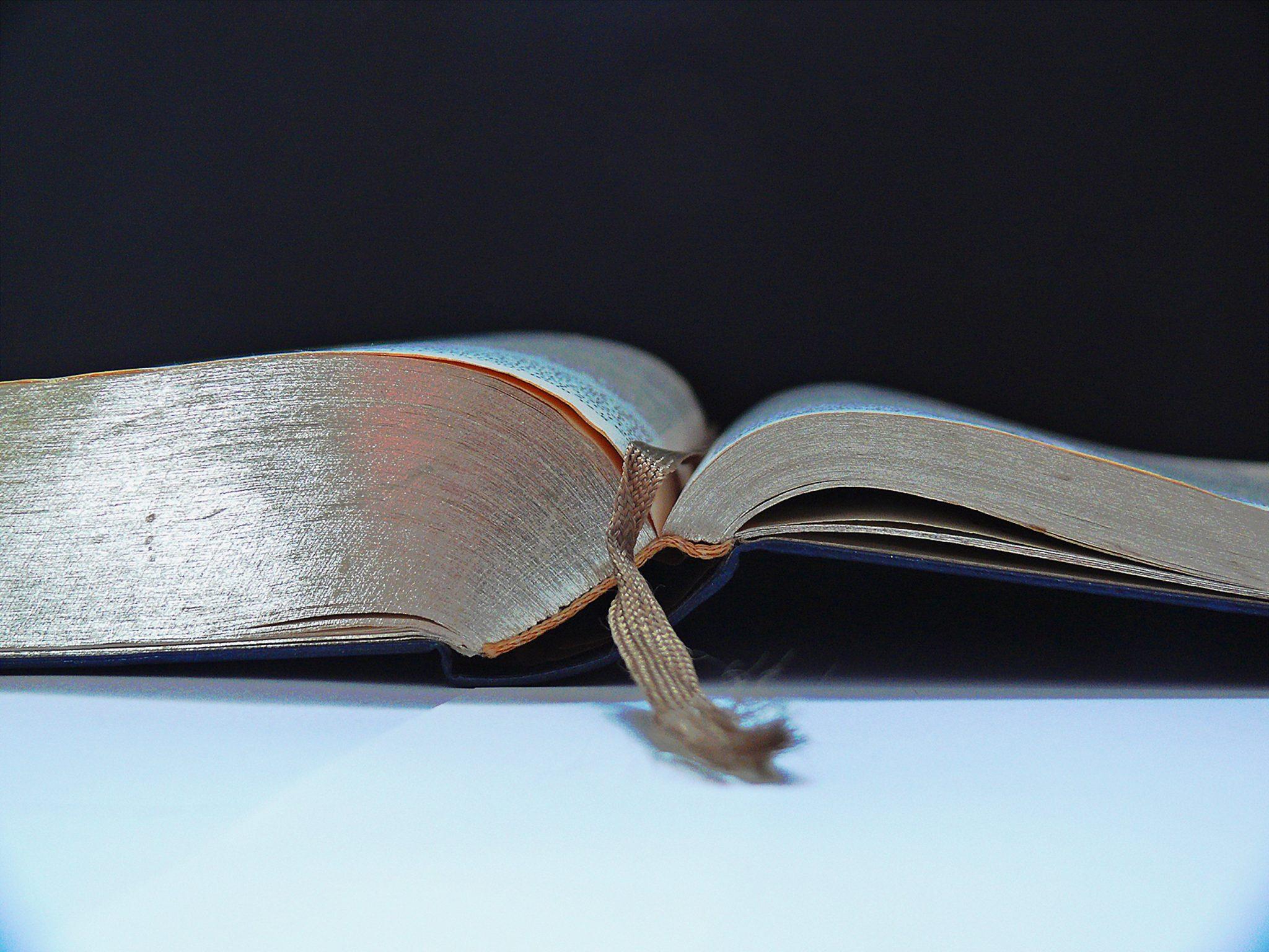 Mynd af opinni Biblíu