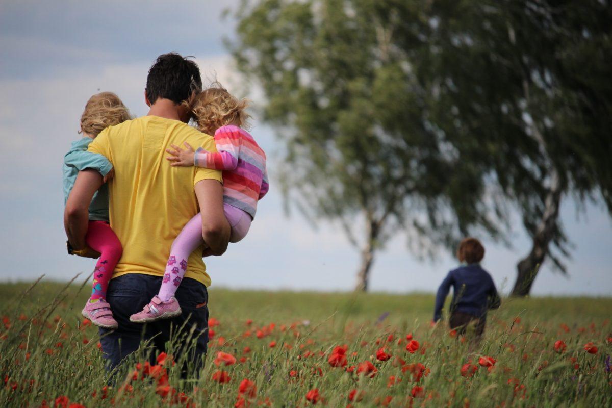 Foreldrar - Mynd af föður með börnum